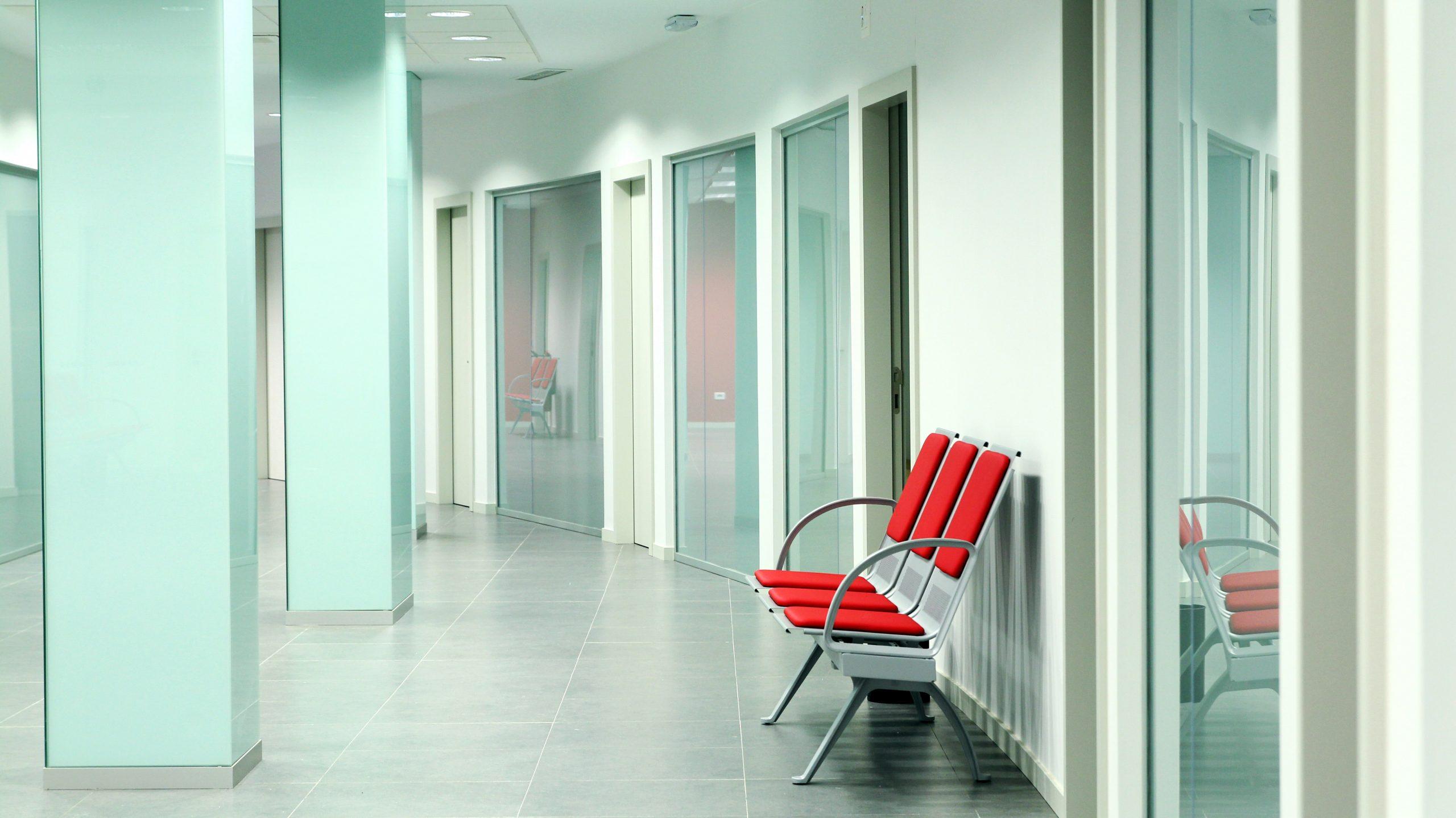 Sala de espera con bancos para clínica de salud