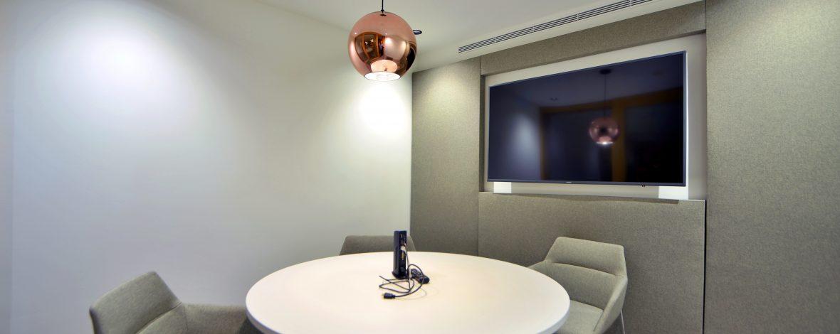 Sala de reuniones con pantalla de máxima calidad