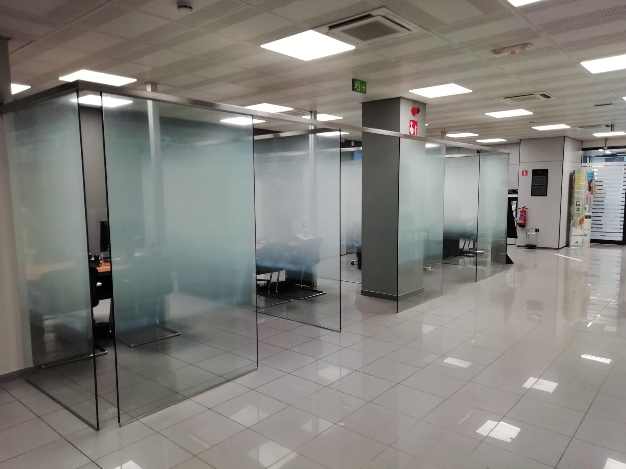 mejora de imagen de puestos de trabajo con separadores de cristal
