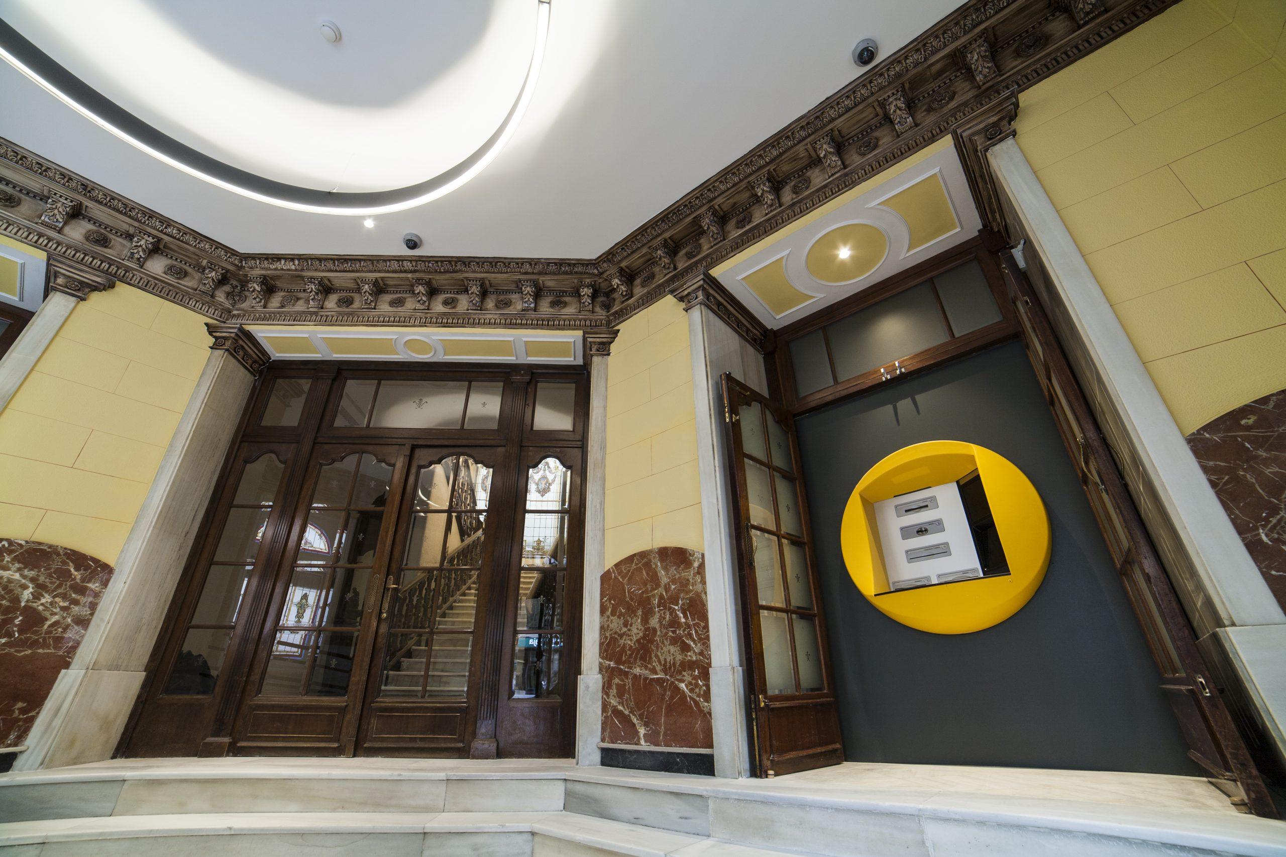 Cajero automático situado en la entrada de un emblemático edificio