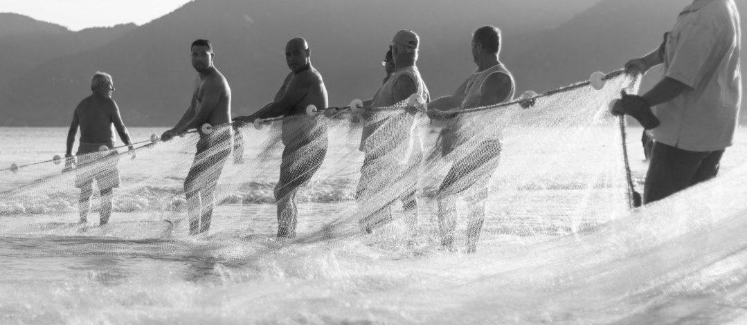 Pescadores tirando de una red como simil en de los actores implicados en la construcción
