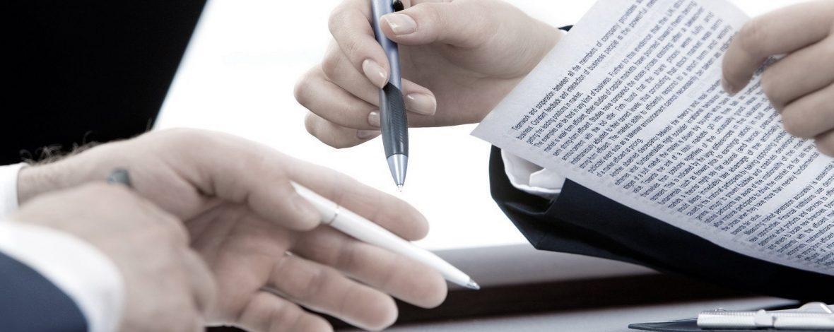 Manos firmando documentación