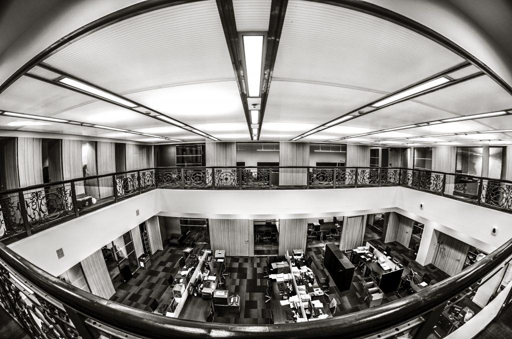 Oficina vista desde arriba con puestos de trabajo