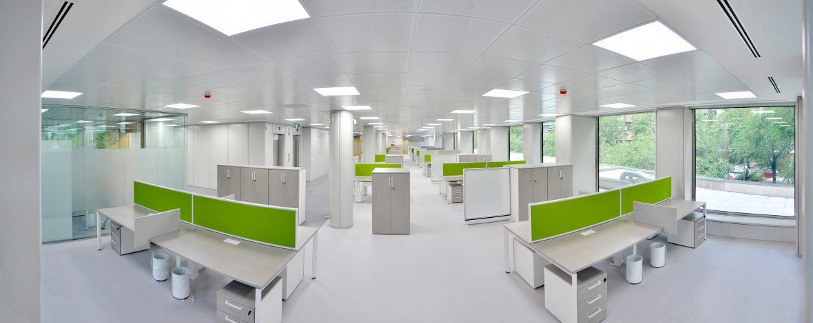 Panorámica de oficina con multitud de puestos de trabajo