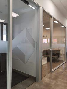Interior oficina de OYPA en Córdoba, con logo en la cristalera.